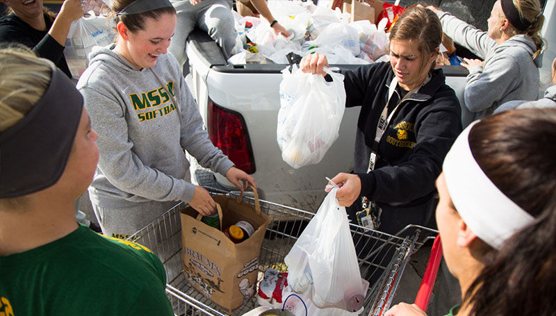 Student-athletes deliver canned goods to local shelter